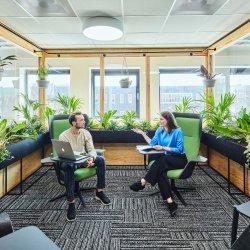 Büromöbel in offenem Raum